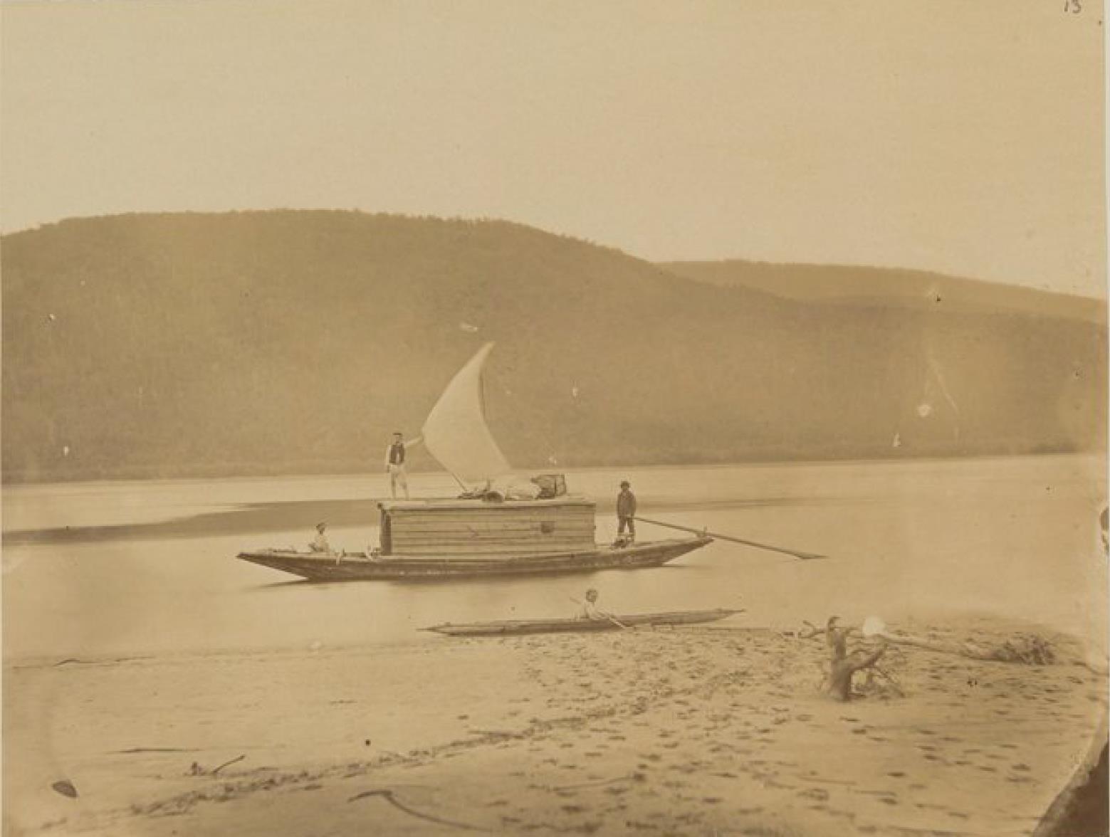 02. Начало Хинганских гор на Амуре. На снимке лодка, на которой я спустился по реке, чтобы заснять разные местные виды