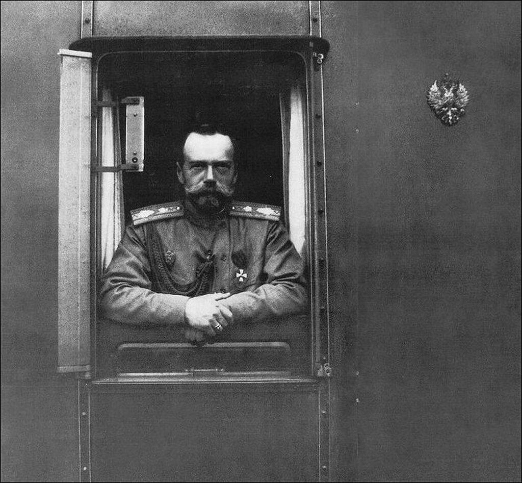 38. Николай II едет на фронт