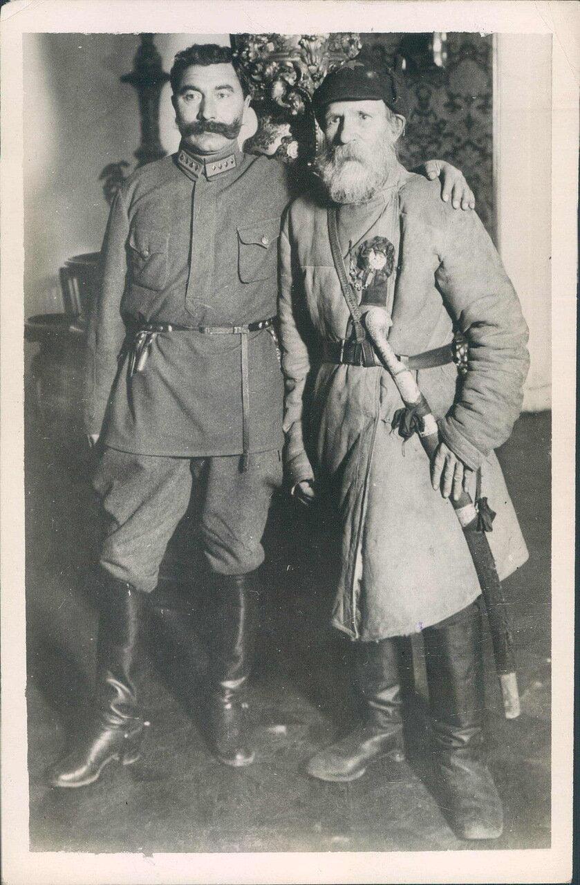 Семён Буденный и житель алтайского села Федор Степанович Гуляев, который в августе 1919 года завел в болото 700 колчаковских кавалеристов.