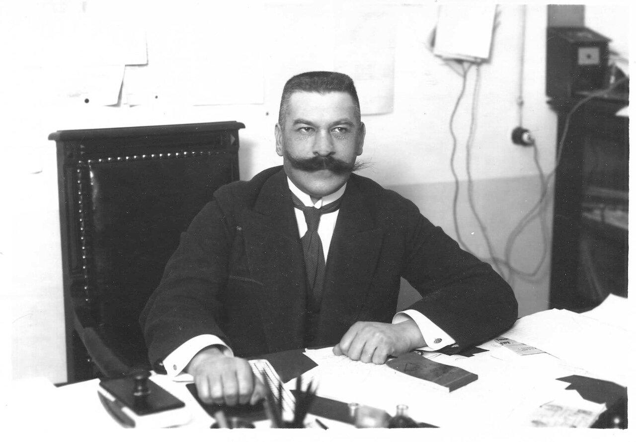 Секретарь канцелярии женского медицинского института за столом