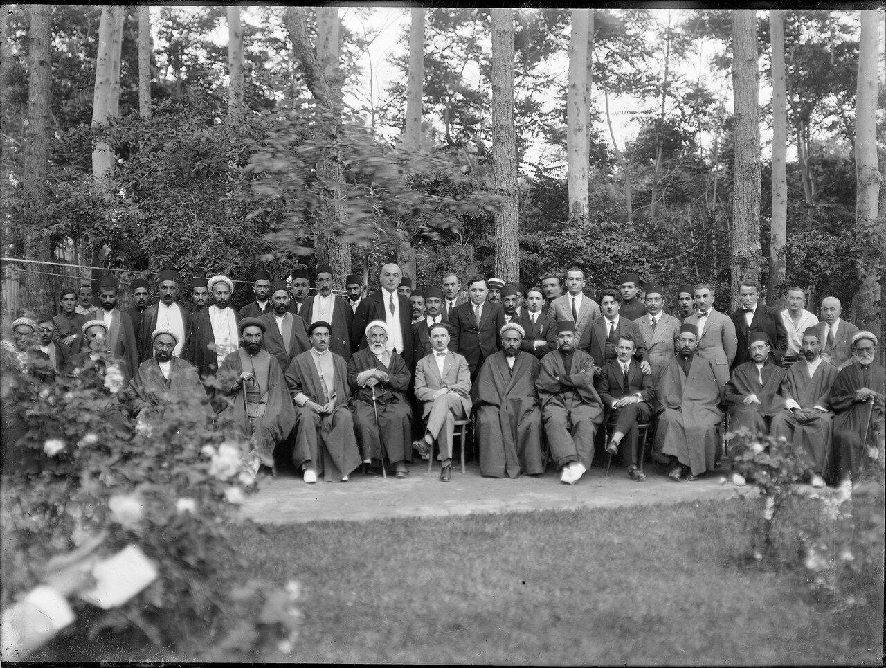 Борис Захарович Шумяцкий, полномочный представитель Советского Союза на групповой фотографии с персидскими сановниками. 1924