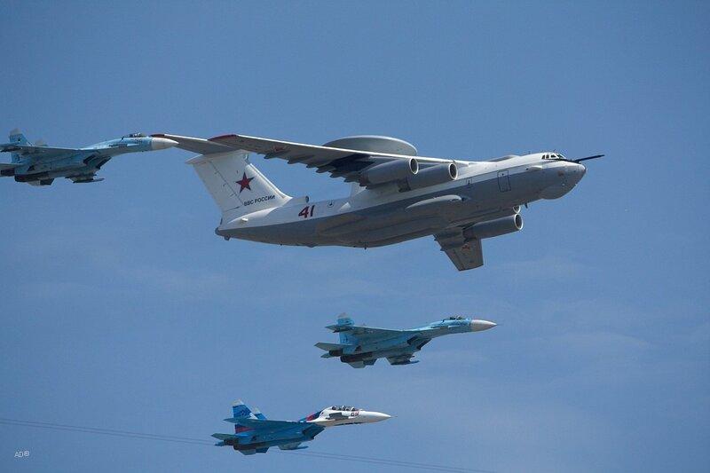 Самолет-заправщик Ил-78 в строю с 2 фронтовыми бомбардировщиками Су-24М и 4 учебно-боевыми Як-130 (которые впервые приняли участие в параде)