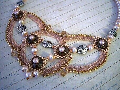 колье и браслеты из бисера
