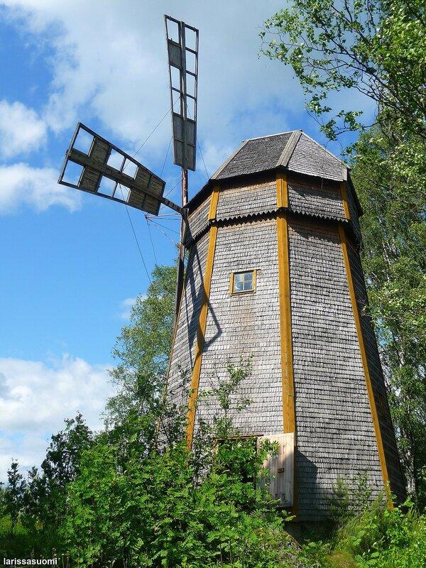 Старинная ветряная мельница.