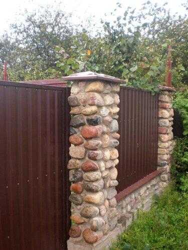 Крышки 4-х скатные 450мм х 450мм, применённые на столбах из гранитных камней