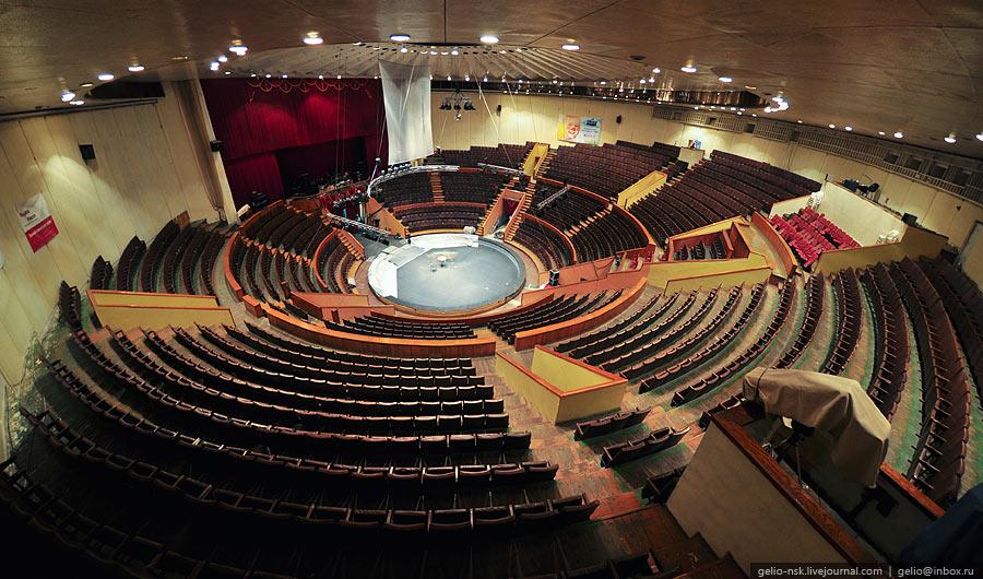 Вместимость зала - 2300 мест.