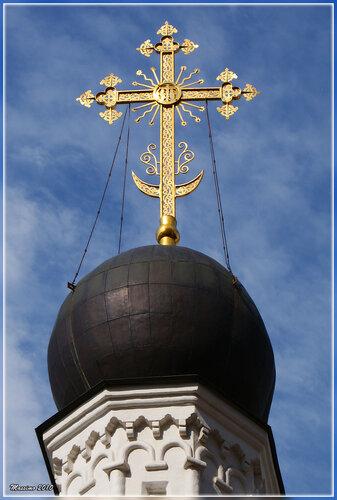 Крест с полумесяцем на куполе Храма апостола Иоанна Богослова