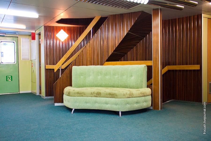 Холл в носовой части средней палубы теплохода «Александр Суворов»