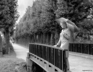 Девушка на мосту (зонт, монохром, мост)