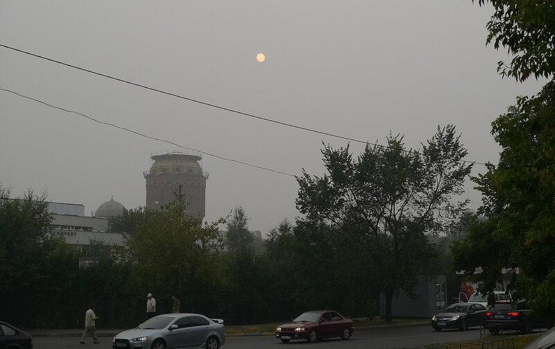 Улица Пришвина. Это не туман, это смог от пожаров в Подмосковье. И на небе не луна, это солнце. Только из-за дыма лучи его не слепят.