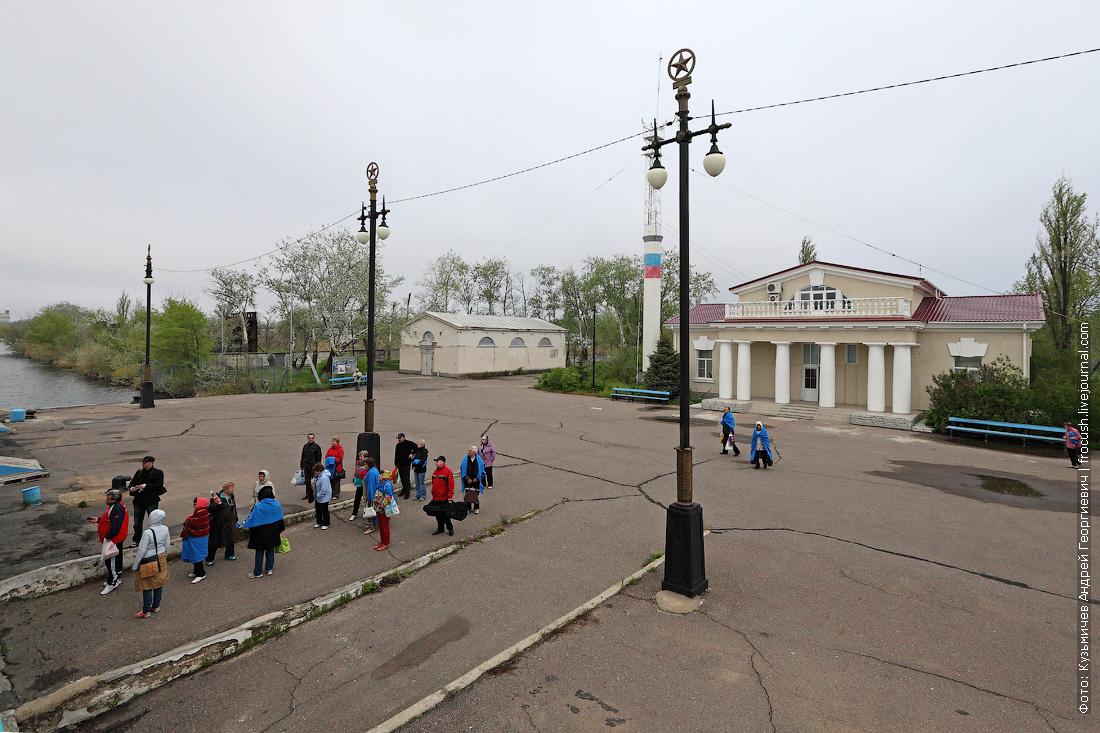 туристы возвращаются на теплоход Русь Великая в Ильевке после экскурсии в Элисту