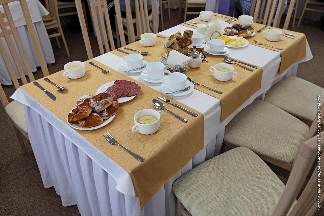 стол №18 в ресторане теплохода Русь Великая во время завтрака
