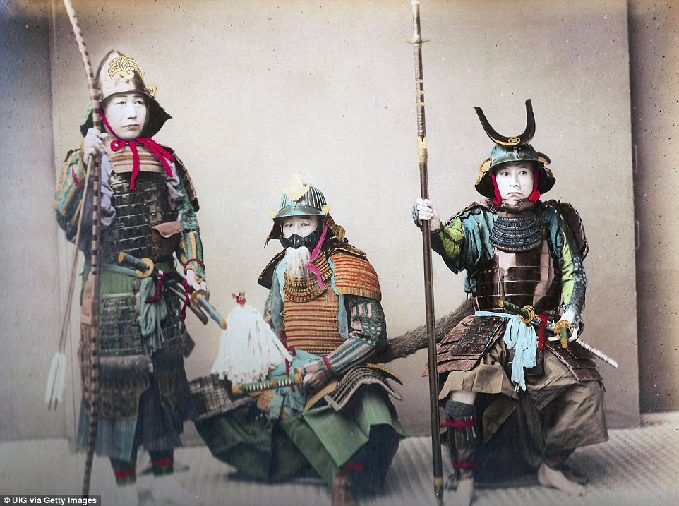 Яркие традиционные доспехи и старинное оружие на самураях, около 1890 года.