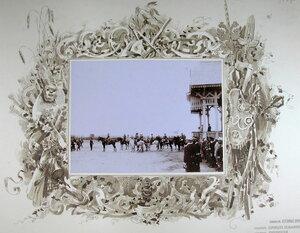 Император Николай II (в центре, на коне) и сопровождающие его военные чины во время высочайшего смотра войск после больших маневров.