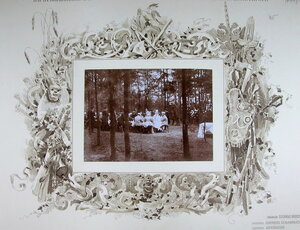 Император Николай II (справа), императрица Александра Федоровна, великие князья, военные чины во время высочайшего завтрака в лесу после смотра войск.
