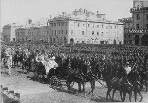 Император Николай II ), императрица Александра Федоровна (в экипаже слева) и великая княгиня Елизавета Федоровна - в экипаже справа, сопровождающие их военные чины проходят по Театральной площади.