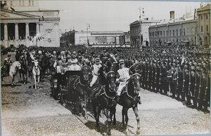 Части Московского военного округа и учащиеся военных учебных заведений] приветствуют императора Николая II , императрицу Александру Федоровну (слева), великую княгиню Елизавету Федоровну