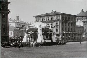 Император Николай II, в царской палатке, министр Императорского Двора барон В. Б. Фредерикс перед началом смотра