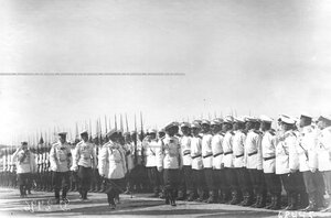 Император Николай II и сопровождающие его лица высшего офицерского состава обходят полк перед началом парада по случаю 25-летнего юбилея шефства Николая II над полком.