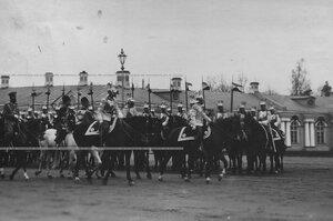Император  Николай  II объезжает фронт выстроенного на параде полка.