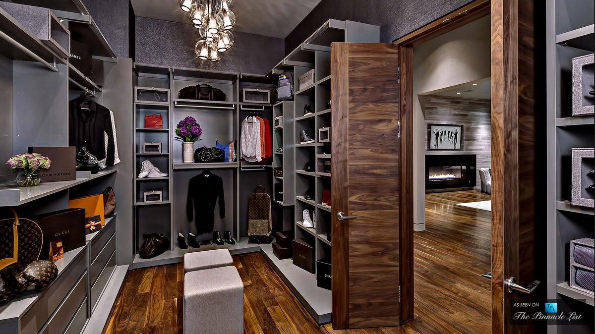 Роскошная гардеробная комната в особняке