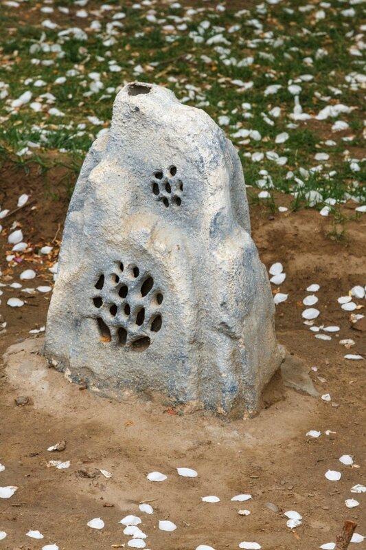 Замаскированная под камень колонка громкоговорителя