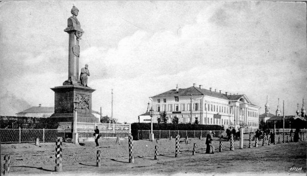 Вид на здание Присутственых мест и памятник Сусанину