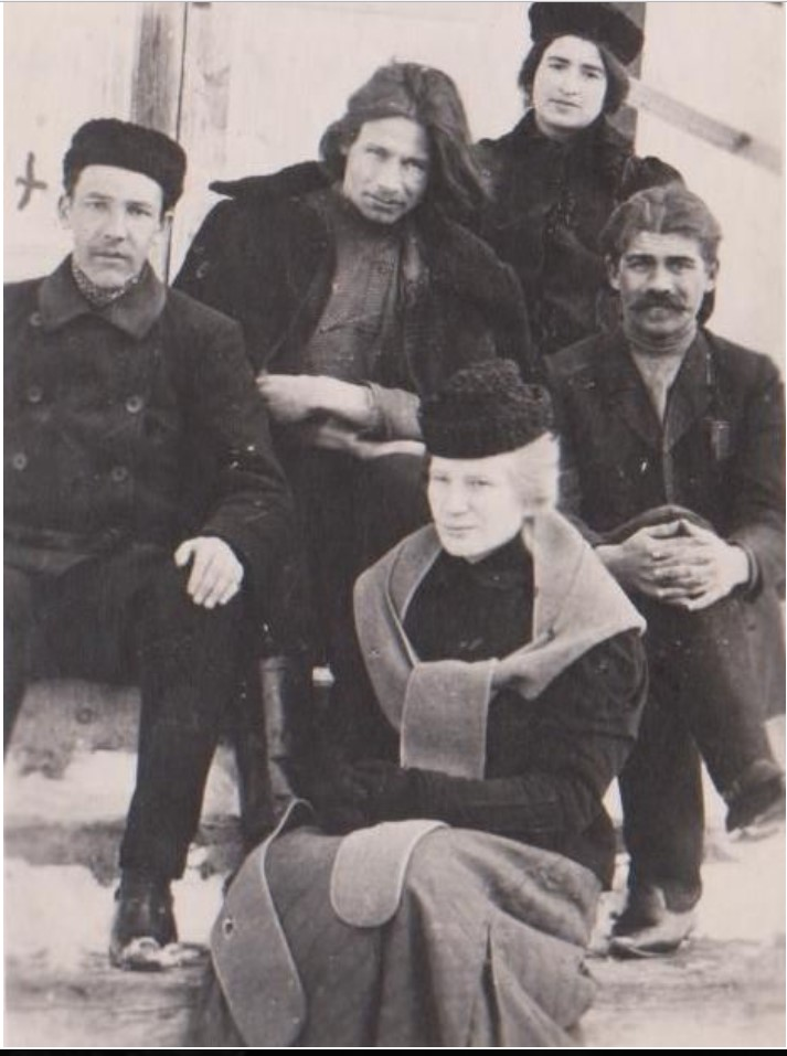 Жена Енукидзе - Катя Сухих во втором ряду в башлыке