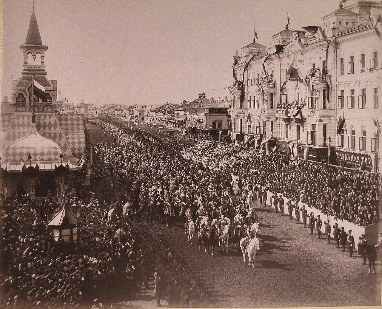 Император Николай II в сопровождении свиты проходит мимо трибун со зрителями по Тверской улице в день торжественного въезда в Москву их императорских величеств