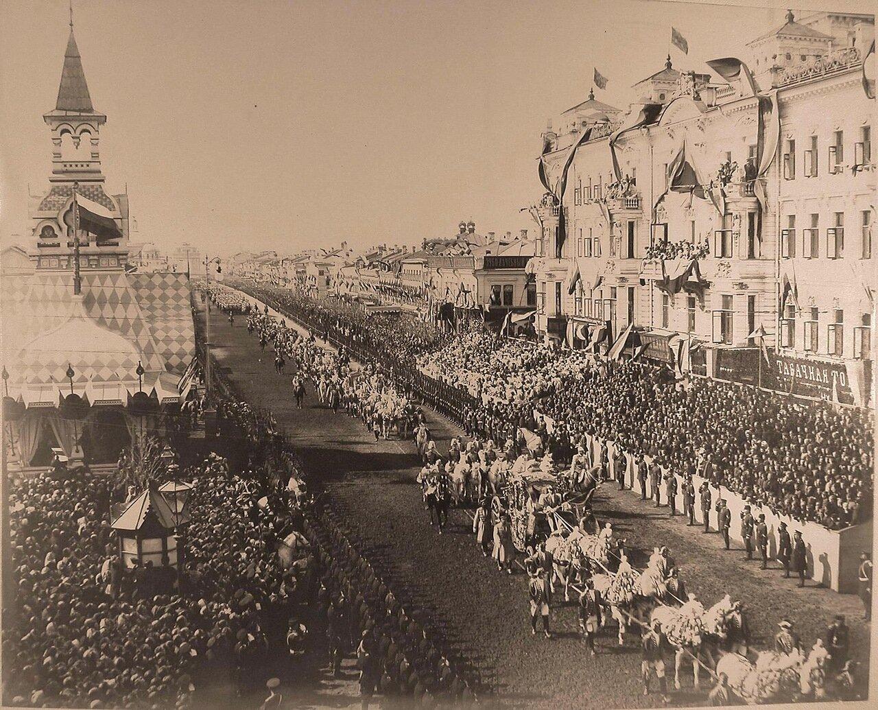 Коронационный кортеж проходит по Тверской улице от Триумфальных ворот; на первом плане - карета вдовствующей императрицы Марии Федоровны