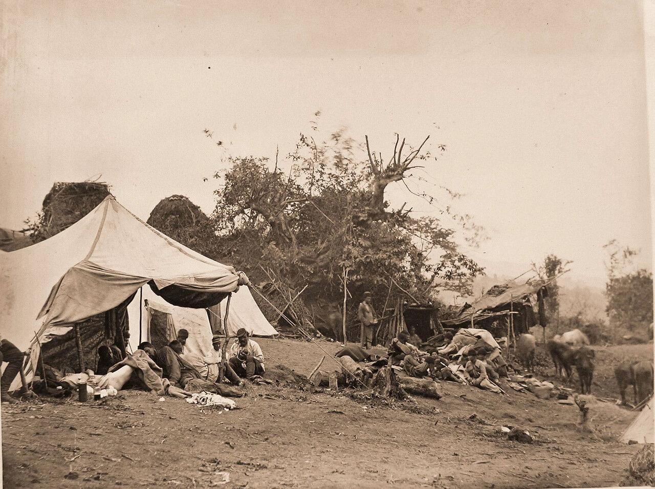 Раненые бойцы на перевязочном пункте походного лазарета