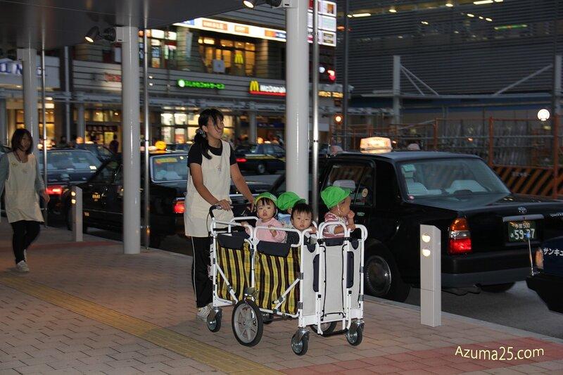 Перевозка детей в японских яслях.