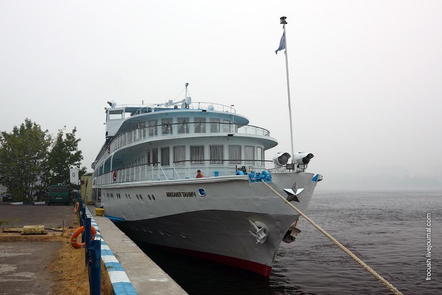 8 августа 2010 года. Теплоход «Михаил Танич» в Северном речном порту Москвы. В Москве смог