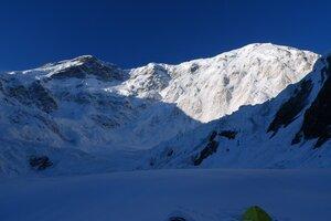 Победа утром, вид из лагеря на леднике Звездочка