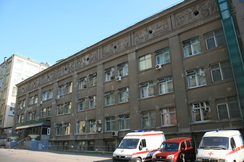 Бывшая поликлиника Минтяжмаша построена в 1940-х годах по проекту архитектора Д.Н. Чечулина.