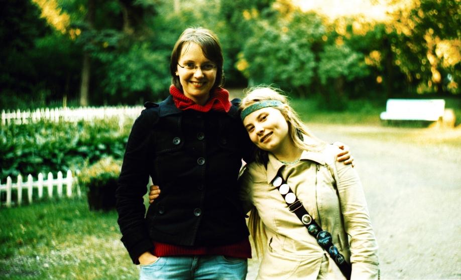 Две улыбающиеся девушки в обнимку.