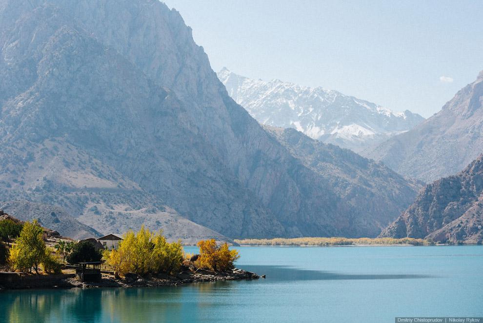 24. Искандеркуль — по праву считается одним из красивейших горных озёр Таджикистана.