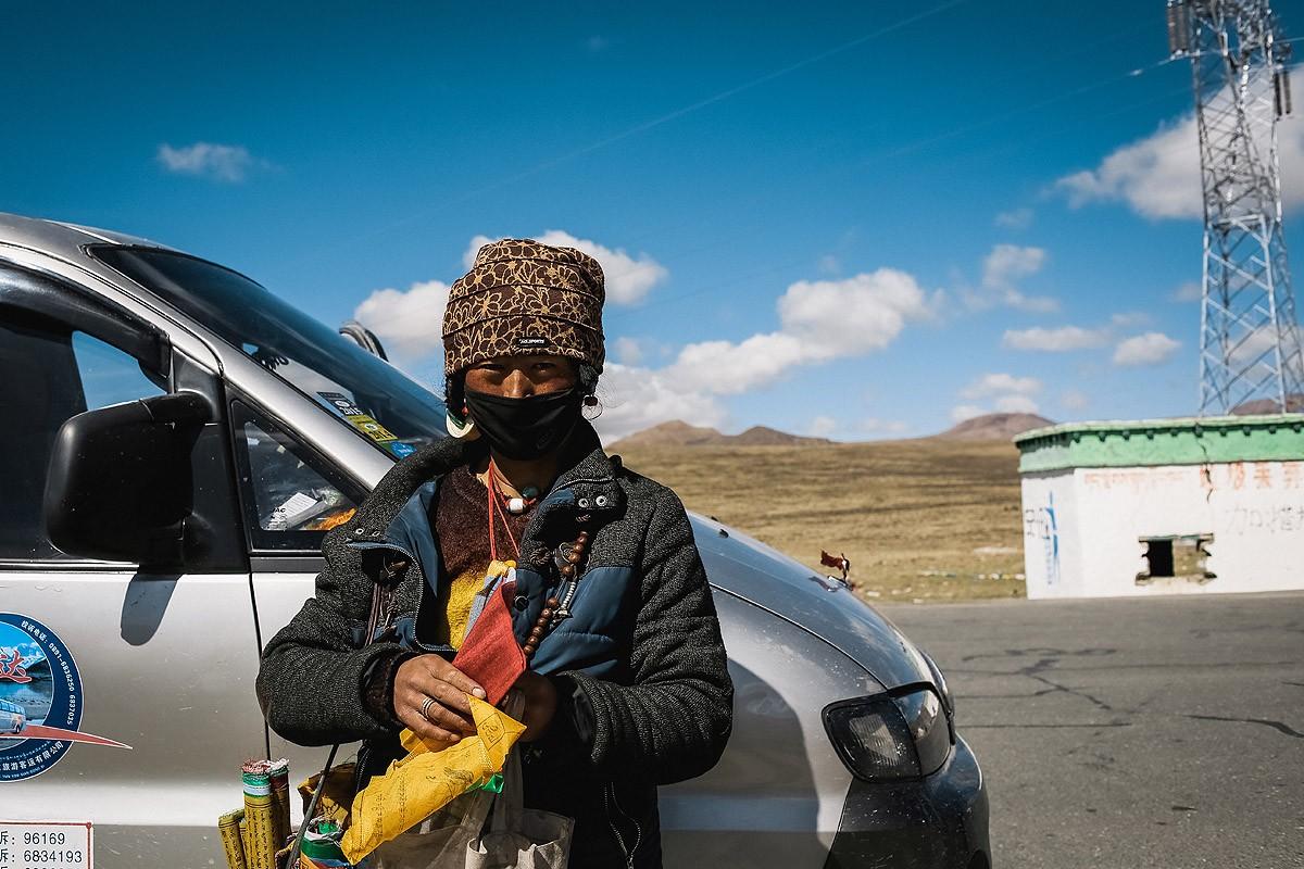 47. И куча тибетцев, предлагающих эти флажки купить и повесить самому.