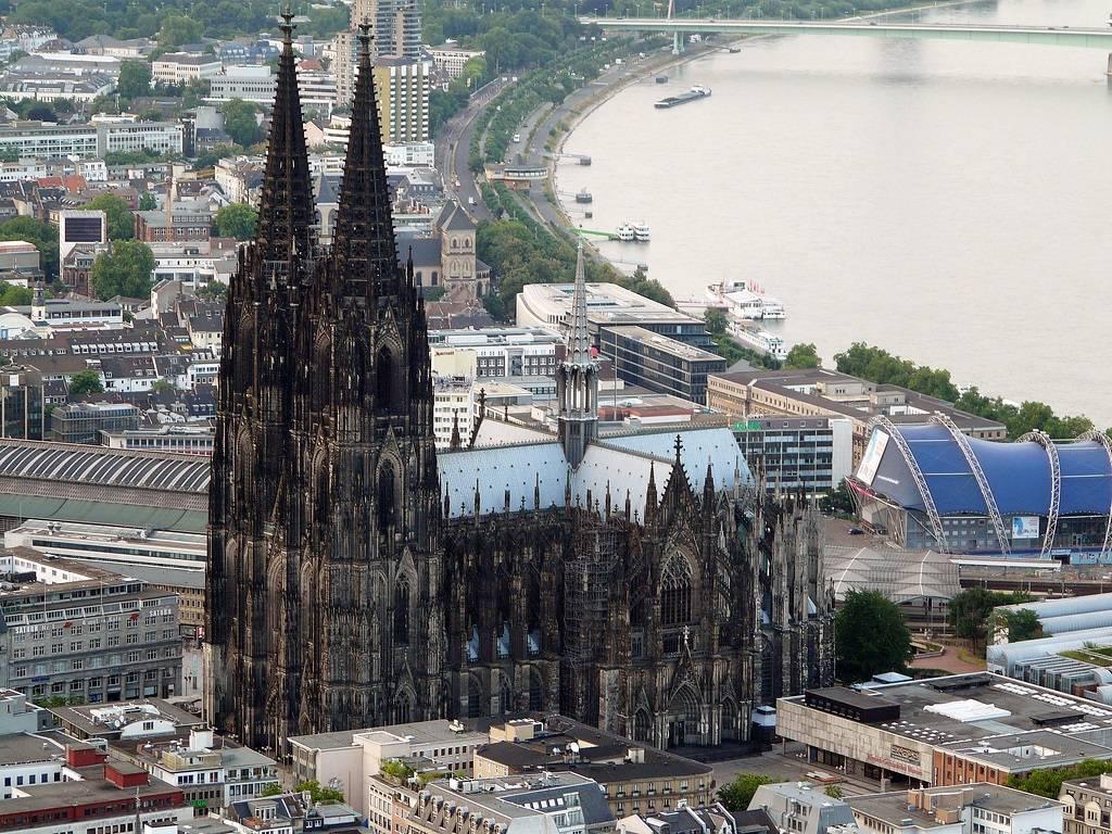В центре современного Кёльна (Германия) возвышается готический собор Святых Петра и Марии, который я