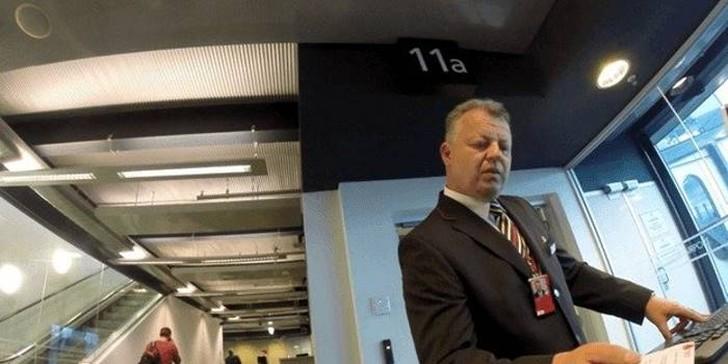 8. Спустя несколько мгновений подошел другой мужчина и показал мне отдельный вход на самолет. Еще од