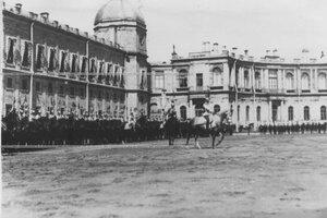 Вынос полкового знамени перед начало парада.