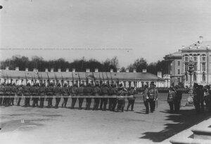 Церемониальный марш  4 -го батальона  полка проходит мимо императора Николая II  во время парада полка .