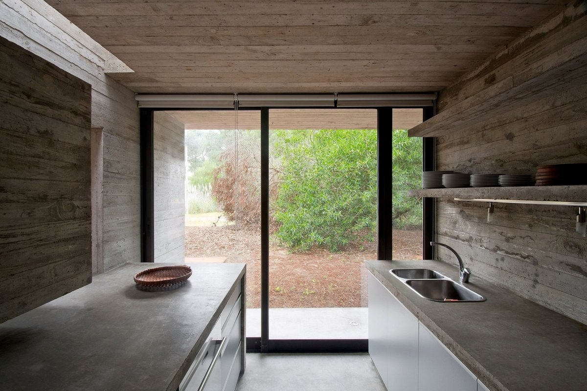SV House, Luciano Kruk, резиденция в лесу, дом из бетона, бетон в интерьере фото, холодный интерьер фото, стол из бетона, дом в лесу