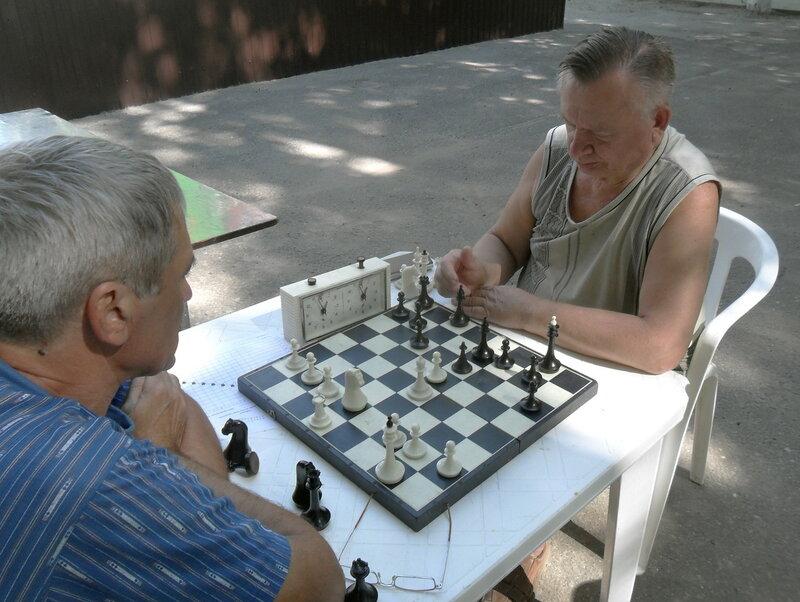 Шахматный турнир. 2012-06-23. Приморско-Ахтарск (1)... В поединке дружеском, но серьёзном ... .jpg