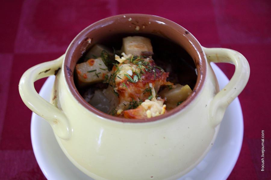 Жаркое по-русски (говядина, картофель, грибы, лук-репка)
