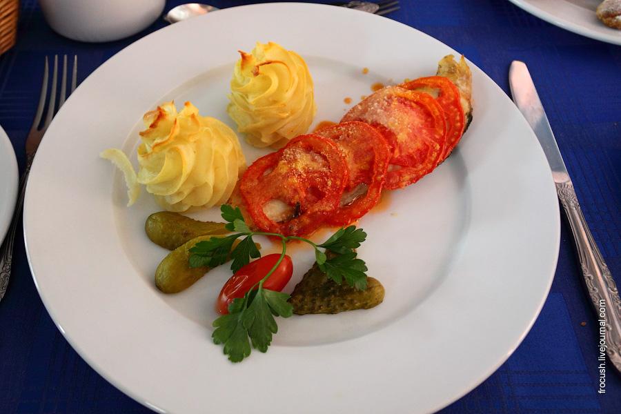 Рыба «Провансаль» (судак, запеченный с помидорами и сухарями), овощи консервированные, картофельные розочки.