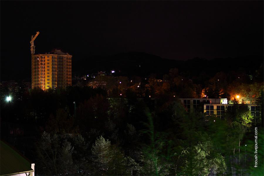 Курортный городок ночью. Внизу гостиница «Меридиан»