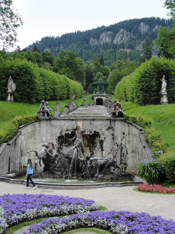 В парке дворца