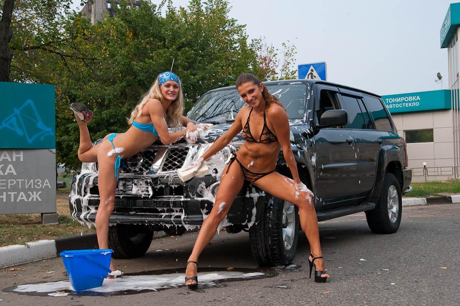 Моют машину в бикини секси