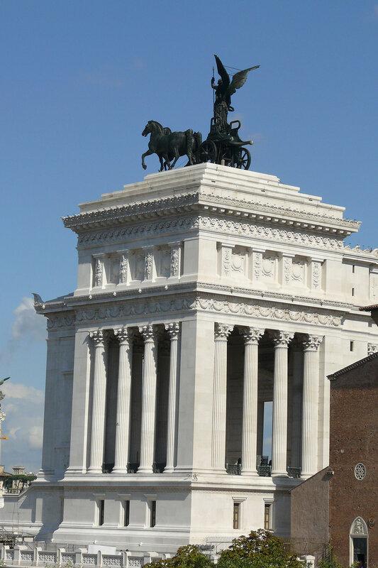 Квадригу ЕДИНСТВО создал Карло Фонтана (1865-1956), скульптор из Каррары, выдающийся скульптор Италии начала 20-го столетия.